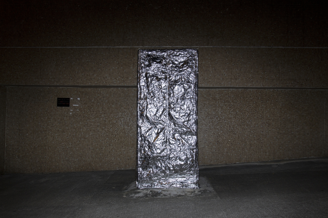 At present, most public phone booths are marked with a notice of suspension of service. In more than half of these booths, the lightboxes are broken. A reflective cover is wrapped around the phone booth, and 18 sheets of photographic papers are glued to the insides of the unlit booth. The projection is turned into negatives through the aperture.